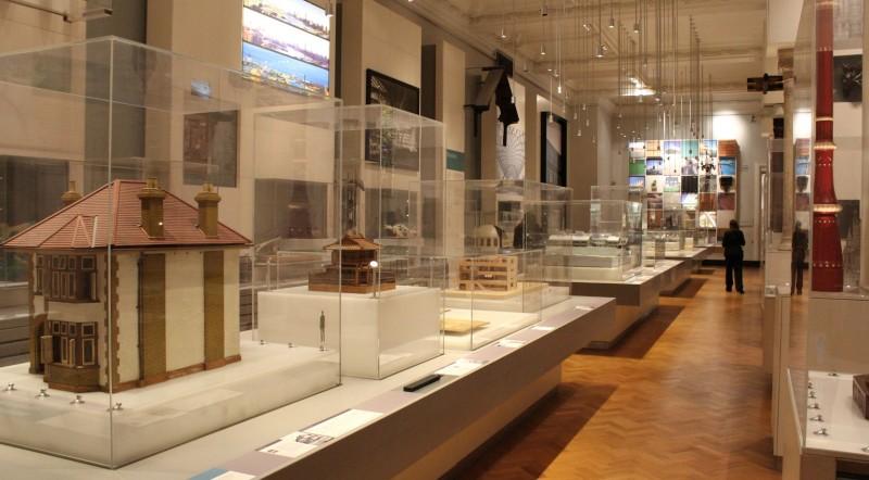 En la Galería de Arquitectura del Museo Victoria&Albert se pueden encontrar maquetas, planos, muestras de materiales, y fotografías y fragmentos de edicficios.http://www.artfund.org/what-to-see/museums-and-galleries/riba-library-drawings-and-archives-collections